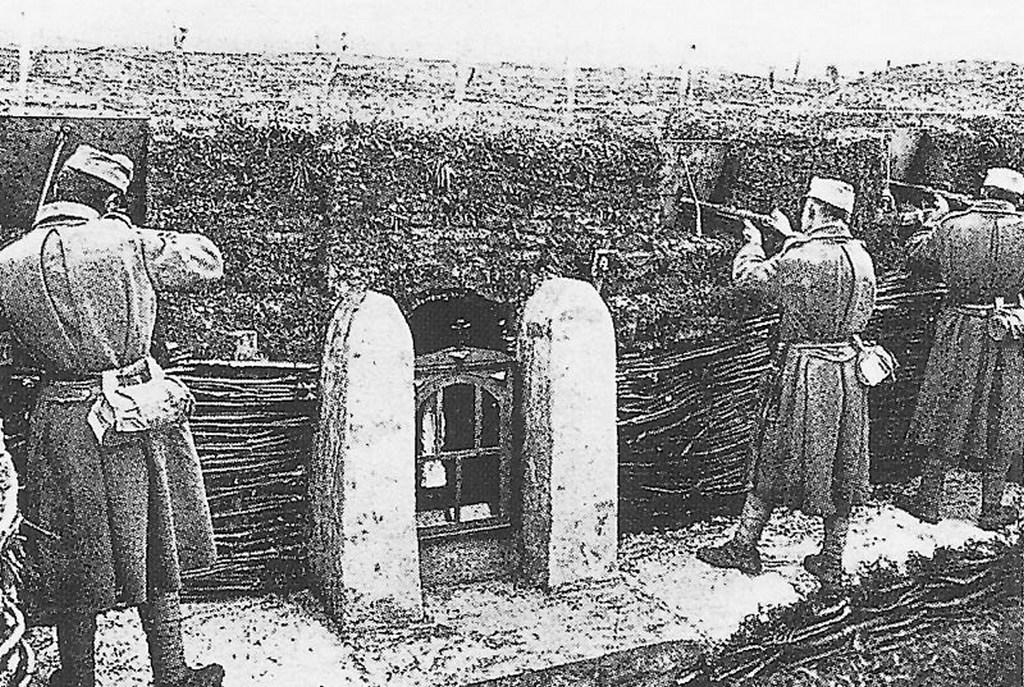 1915_osztrak-magyar_loveszarok_a_keleti_fronton_szuz_maria_szoborral.jpg