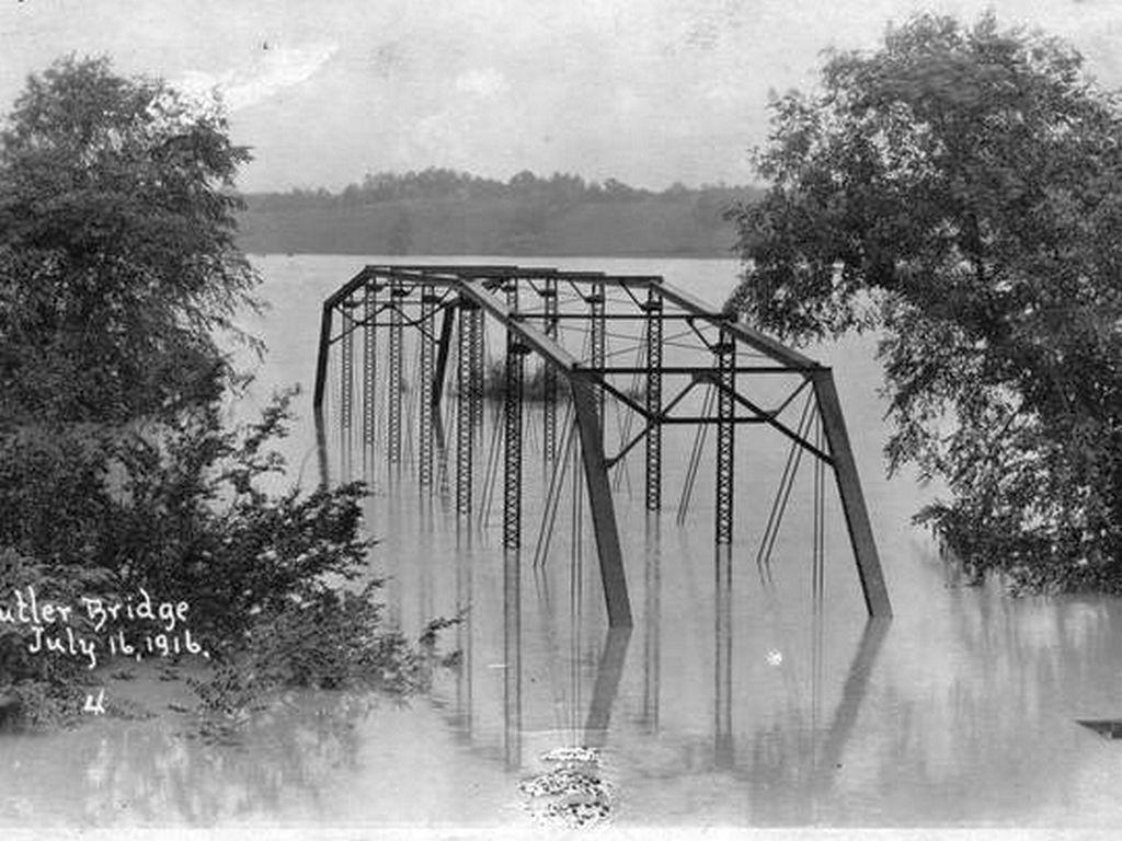 1916_a_butler_bridge_az_eszak-karolinai_asheville_mellett_a_french_broad_river_hatalmas_aradasa_idejen.jpg