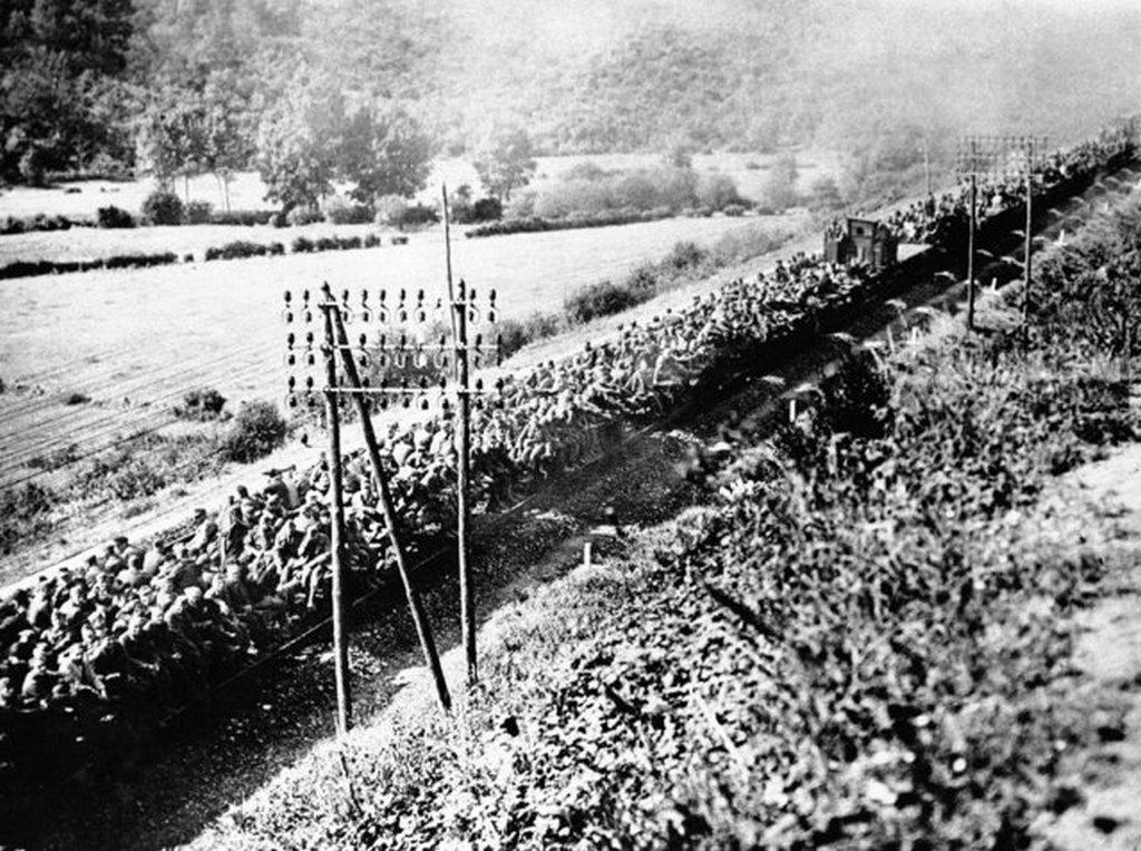 1944_szeptember_nemet_hadifoglyokkal_zsufolt_vasuti_porekocsik_a_francia_brest_mellett.jpeg