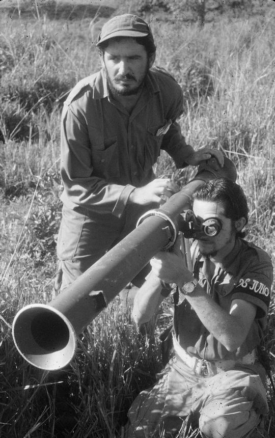 1958_fidel_es_raul_castro_a_kubai_forradalom_idejen_egy_raketavetovel.png
