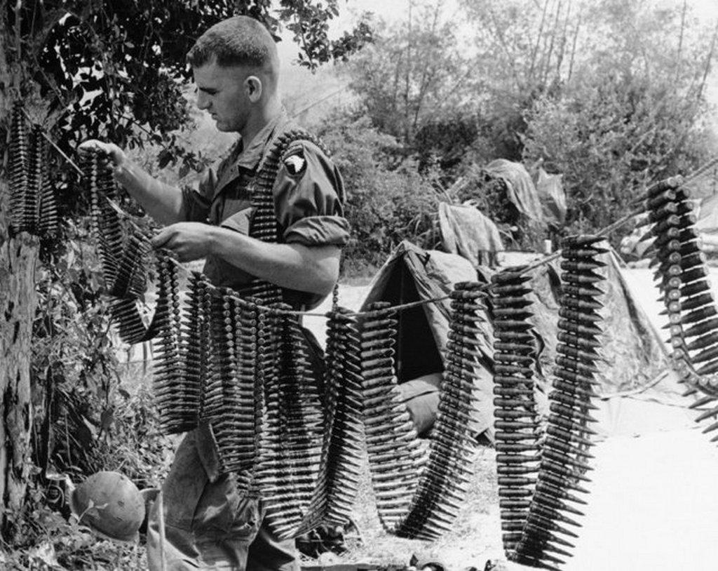 1967_amerikai_geppuskas_az_ejszakai_eso_utan_szaritja_a_loszert_chu_lai_vietnam.jpeg