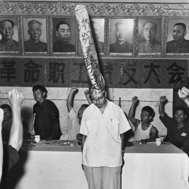 1970_egy_kinai_ujsag_szerkesztojenek_nyilvanos_megszegyenitese_a_kulturalis_forradalom_idoszakaban.jpg