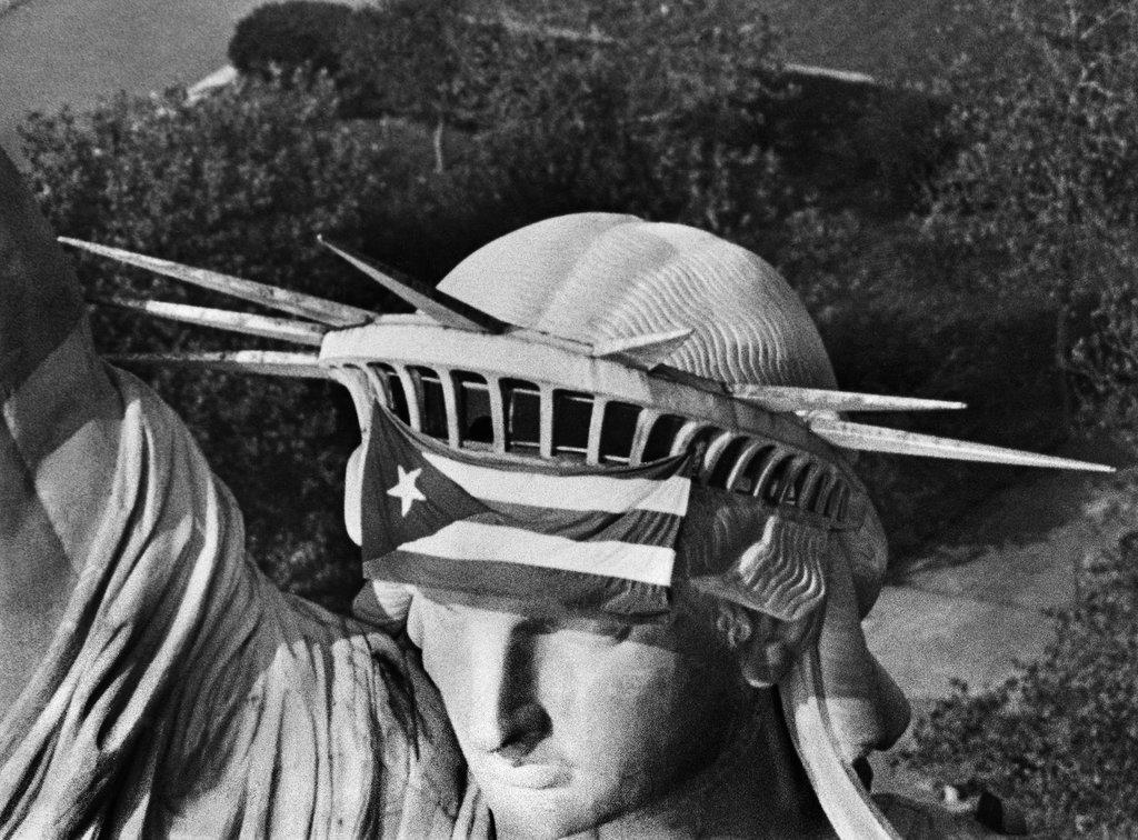 1977_oktober_25_fuggetlenseguket_kovetelo_puerto_rico-iak_egy_csoportja_foglalta_el_a_new_york-i_szabadsag_szobrot_a_turistakat_kizavarva.jpg