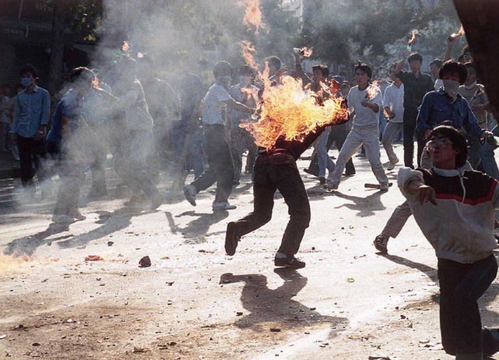 1988_szoul_del-koreai_olimpiaellenes_tunteteto_veletlenul_sajat_magat_boritotta_langba_a_sajat_keszitesu_molotov-koktellal.jpeg