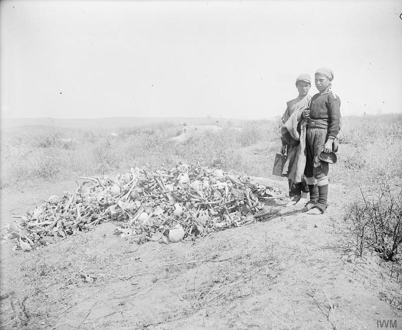 1919_gyerekek_torokorszagi_gallipolinal_az_egykori_csatateren_gyujtott_csontokkal.jpg