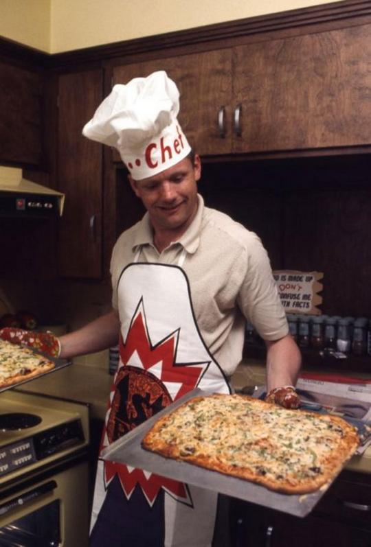 1969_neil_armstrong_az_elso_ember_a_holdon_most_eppen_pizzat_sut.jpg
