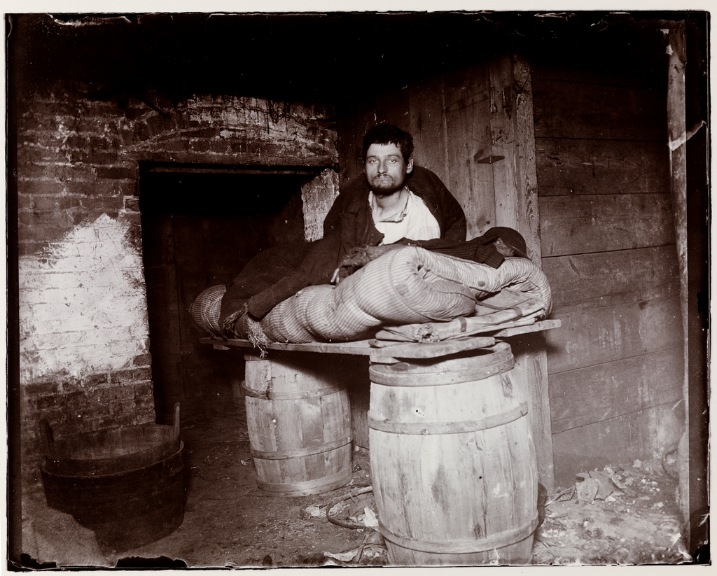 1880_nyomorban_egy_pinceben_elo_new_york-i_alkalmi_munkas_jacob_a_riis_fotoja.png