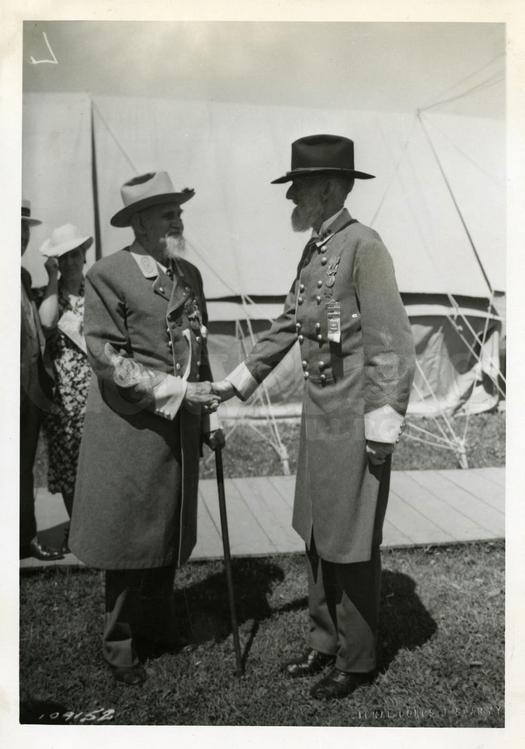 1938_a_gettysburg-i_csata_75-ik_evfordulojan_ket_eszaki_tabornok_talalkozoja_egyikuk_93_masikuk_94_eves_volt_a_kep_keszultekor.jpg
