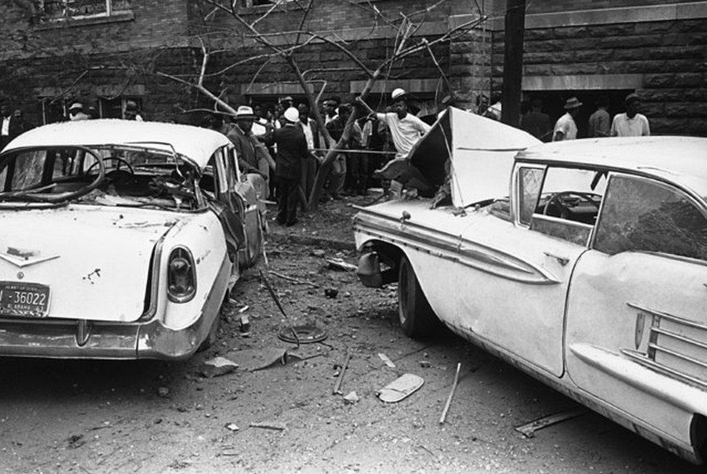 1963_szeptember_15_az_albamai_birmingham_baptista_temploma_es_szinesboru_gyulekezete_ellen_elkovetett_bombamerenyletben_megserult_gepkocsik_a_detonacioban_negyen_haltak_meg.jpeg
