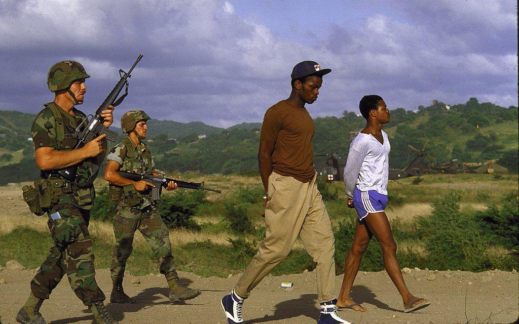 1983_amerikaiak_kiserik_a_feltetelezett_lazado_csoport_tagjait_az_altaluk_megszallt_grenada_szigeten.jpg