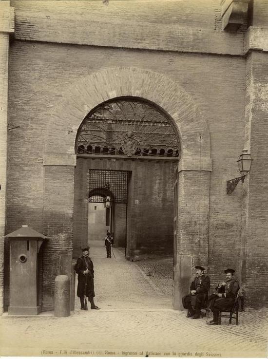 1885_svajci_gardistak_a_vatikan_bejaratanal.jpg