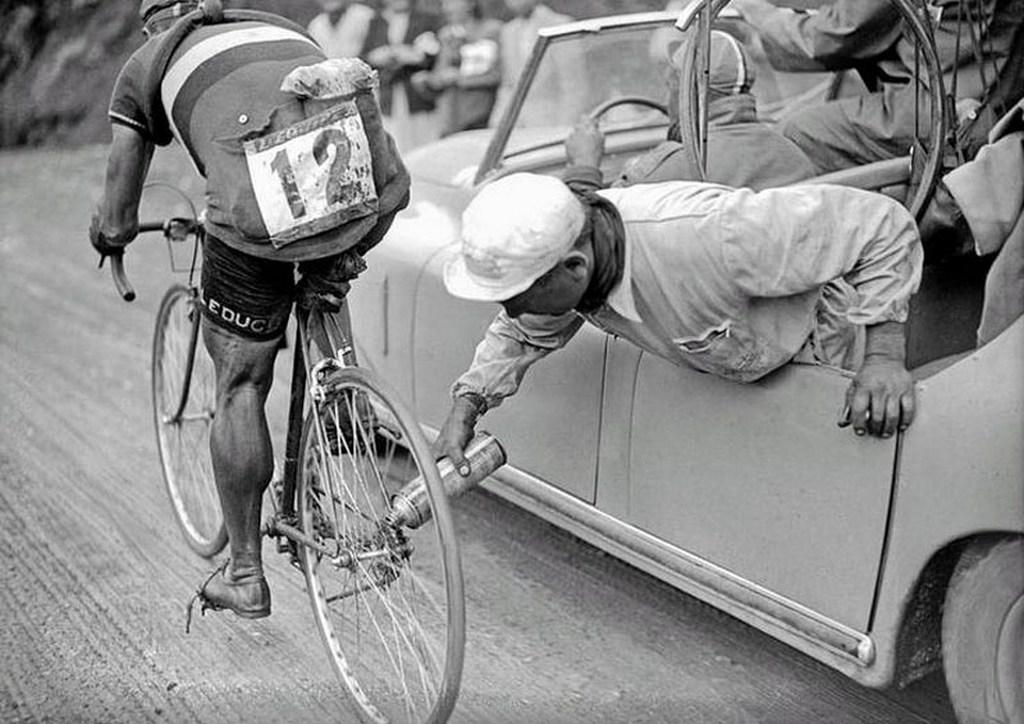 1949_az_olasz_kerekparos_gino_sciardis_biciklijet_olajozza_szereloje.jpg