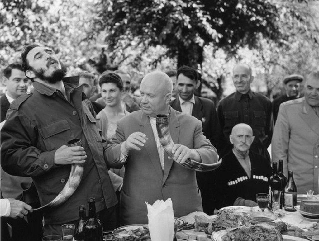 1963_fidel_castro_es_nyikita_hruscsov_egy_szovjet-gruz_kolhozban_castro_38_napig_utazgatott_a_szovjetunioban_tanulmanyozva_a_kommunizmust_es_vivmanyait.jpeg