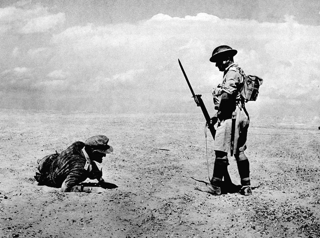 1942_britek_altal_talalt_sebesult_nemet_tiszt_az_eszak-afrikai_sivatagban.jpg