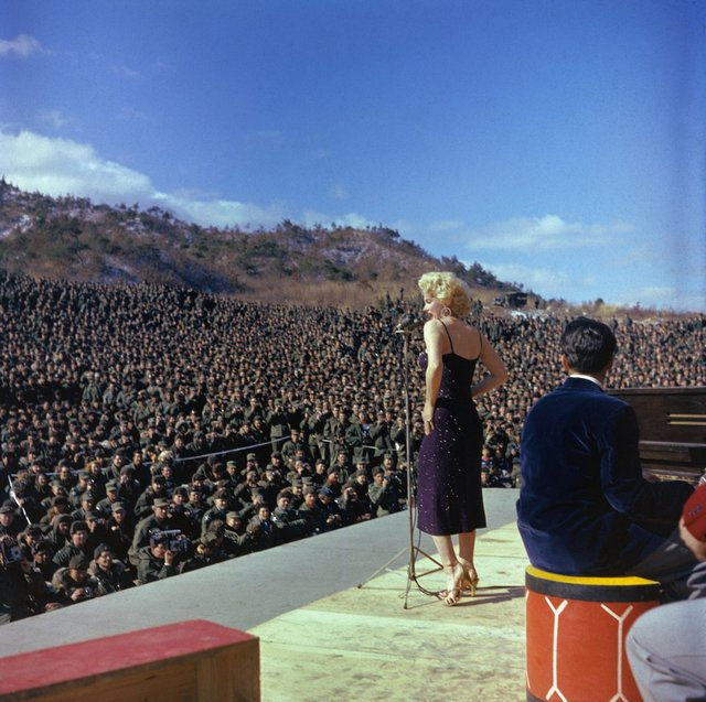 1954_marilyn_monroe_szorakoztatja_az_amerikai_katonakat_koreaban.jpg
