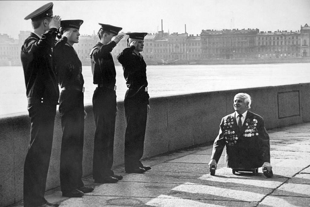 1989_tengereszkadetok_tisztelegnek_anatolij_golimbievszkom_a_haborus_veteran_elott_leningradban.jpg