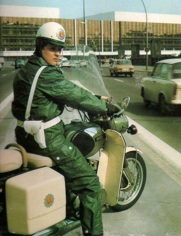 1981_keletnemet_motoros_rendor_berlinben.jpg
