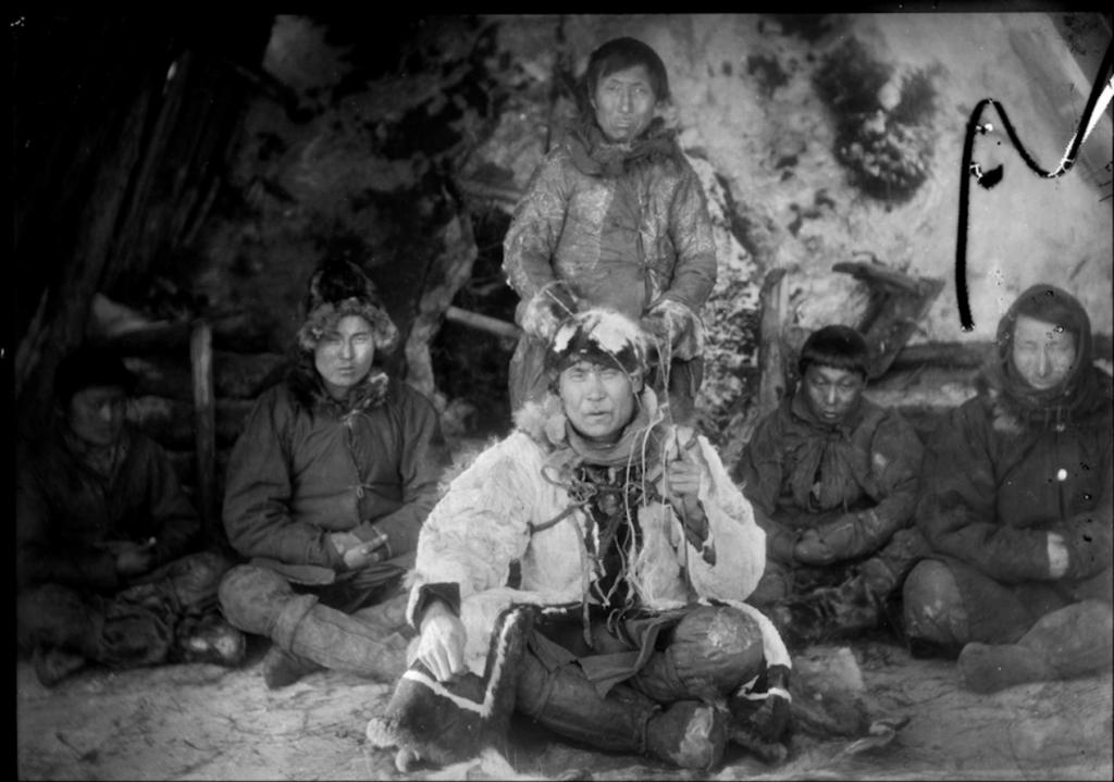 1901_jakut_hazbelso_tuzhellyel_kozepen_egy_jakut_saman.png