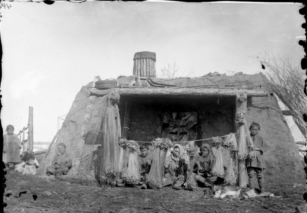 1901_jakut_lakohaz_sarbol_elotte_loszorbol_keszult_halaszhalok.png