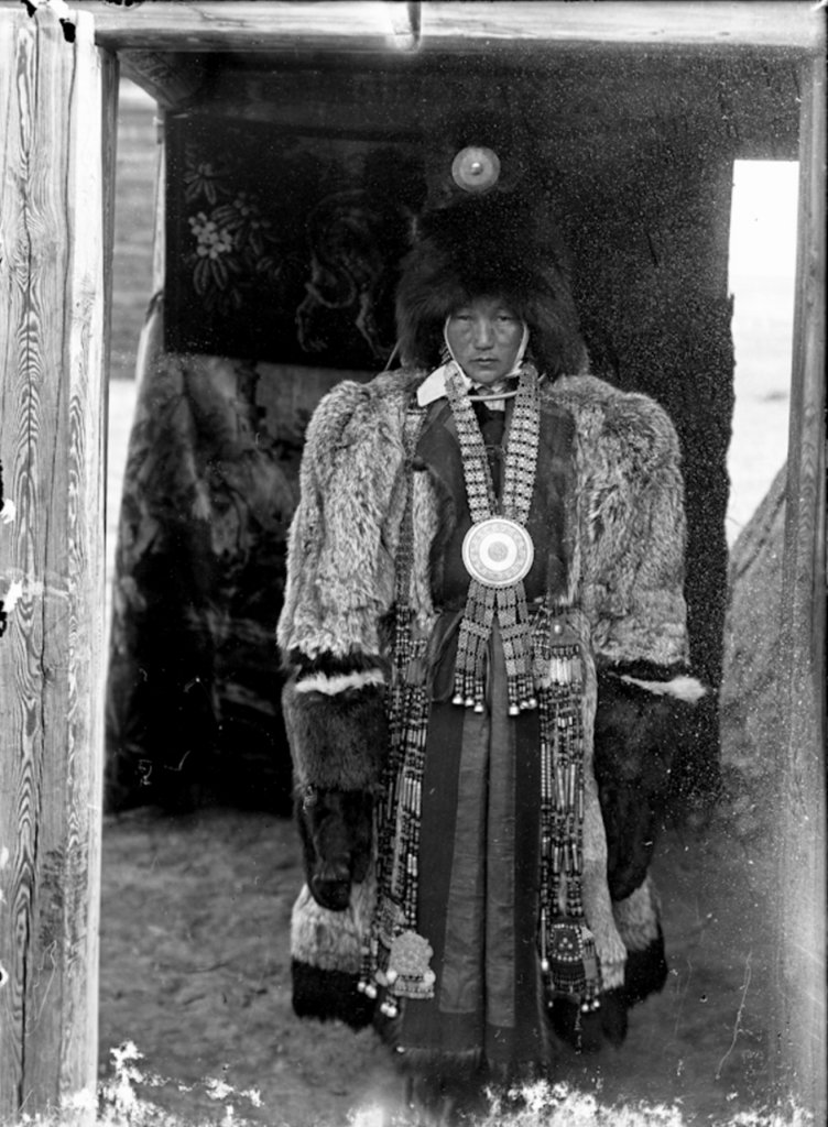 1902_gazdag_jakut_csalad_notagja_nepi_szormebundaban.png