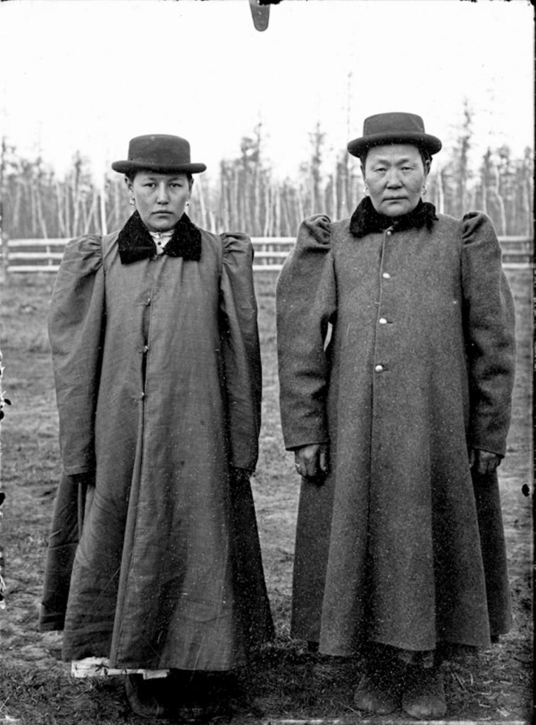 1902_ket_jakut_no_a_hagyomanyostol_eltero_az_akkori_modern_kinai_divatot_koveto_ruhazatban.png