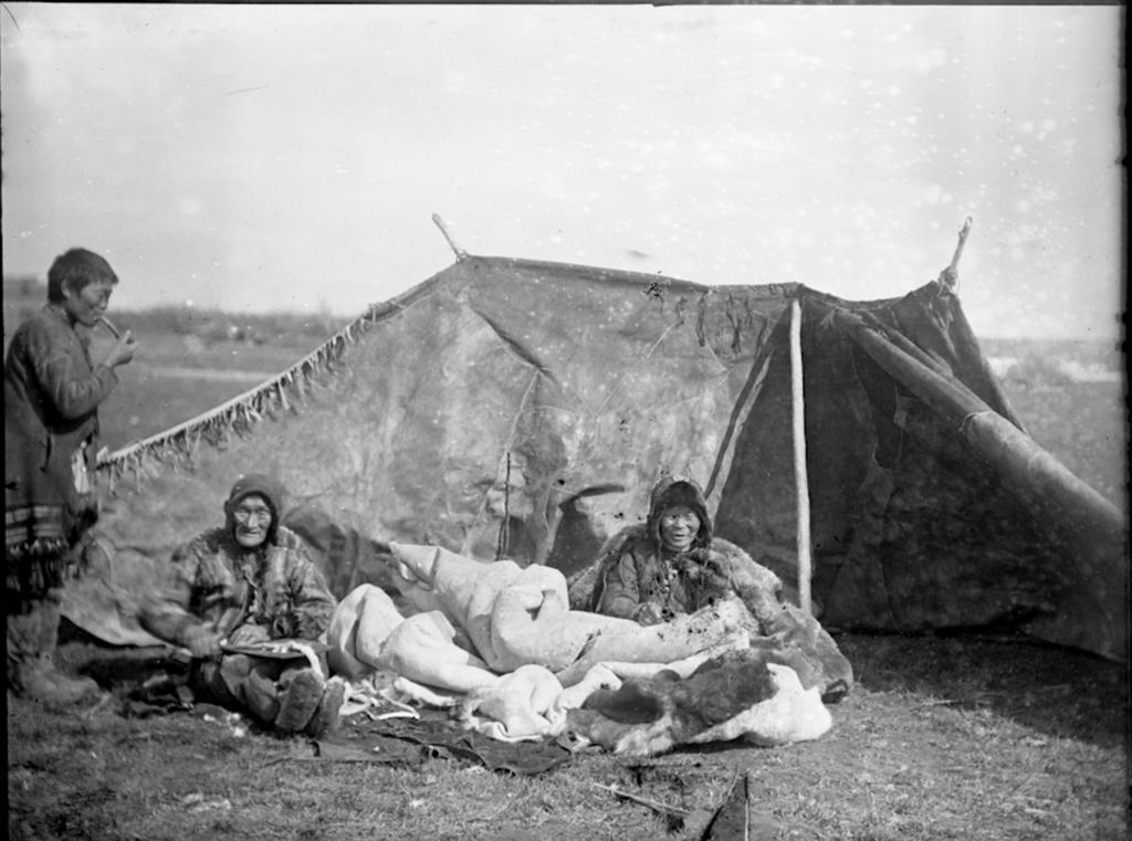 1902_ket_jukagir_asszony_varr.png