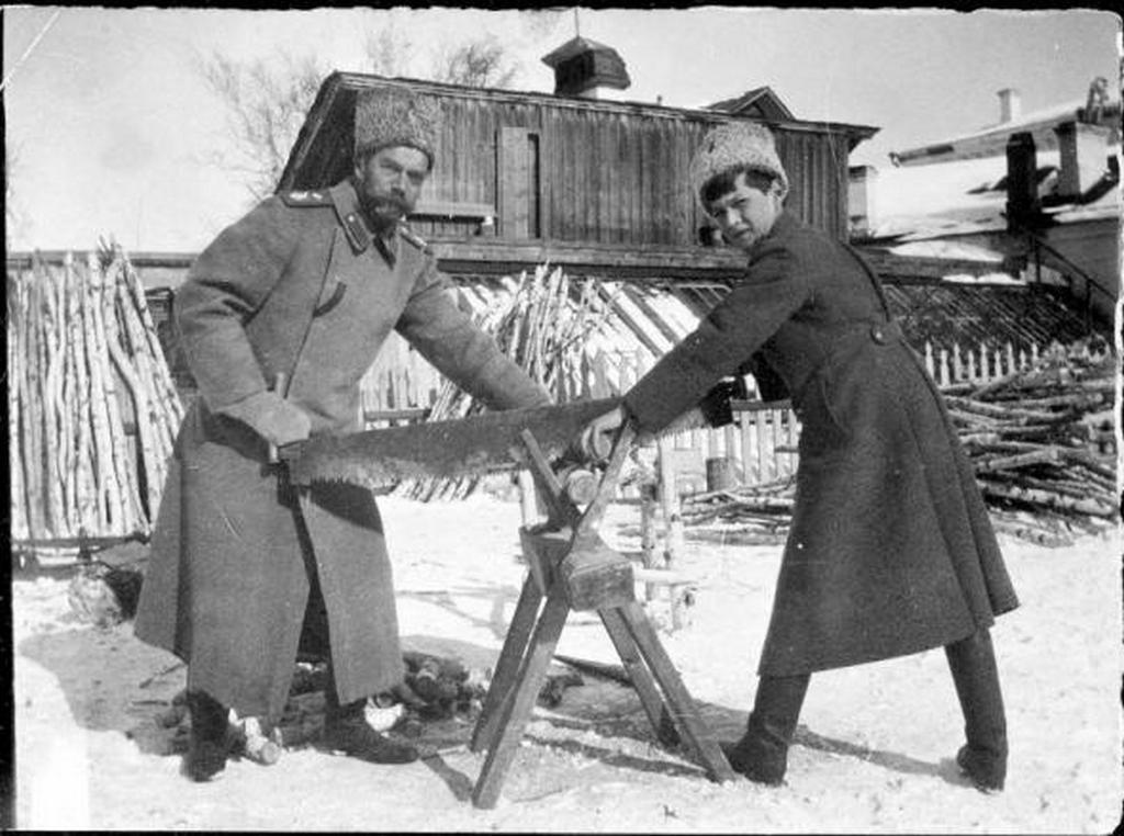 1917_a_car_szamuzetesben_fiaval_tuzifat_fureszel.jpg