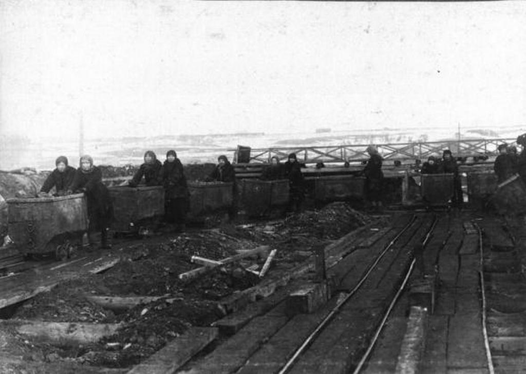 1917_noi_csillemozgato_banyamunkasok.jpg