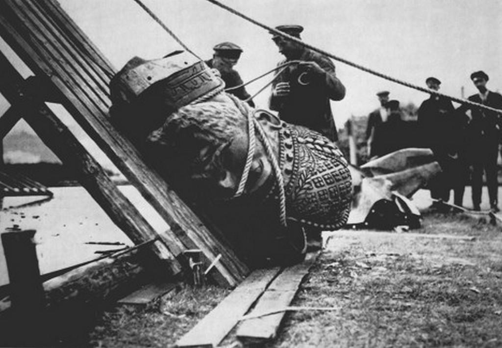 1918_iii_sandor_car_emlekmuvenek_lebontasa.jpg