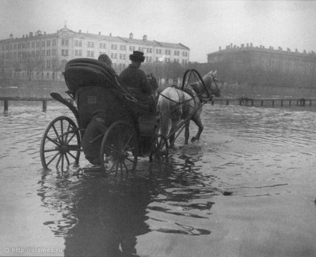 1919_moszkvai_arviz_meg_a_potyautasnak_is_nehez_dolga_volt_szarazon_meguszni.jpg