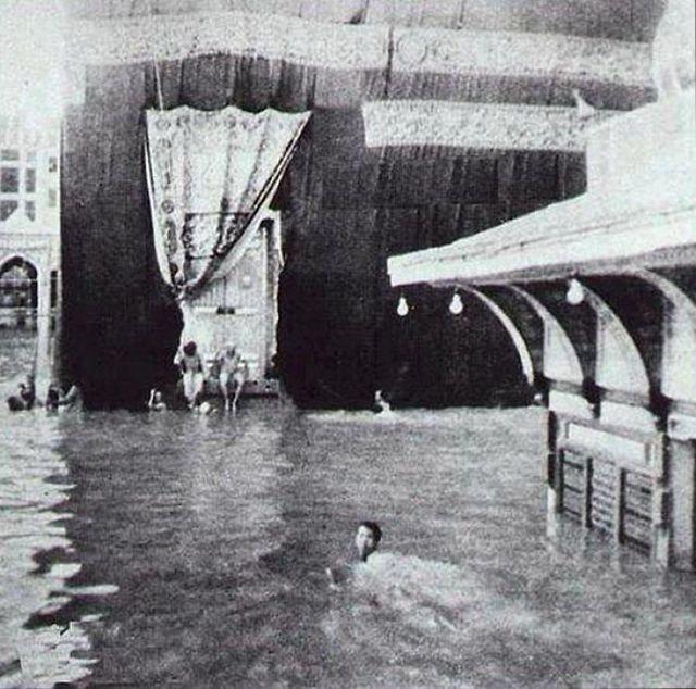 1941_a_mekkai_kaba_ko_korul_furdozo_zarandokok_egy_rendkivuli_heves_esozes_utan.jpg