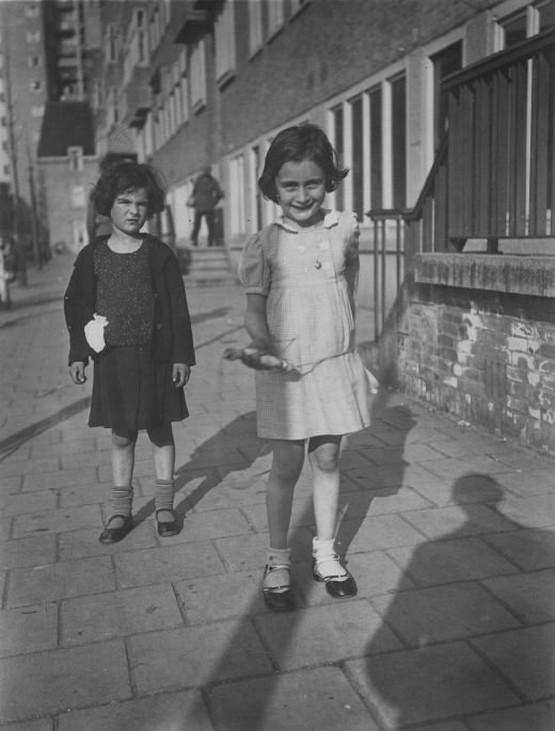 1935_a_6_eves_anne_frank_baratnojevel_amszterdamban_cr.jpg