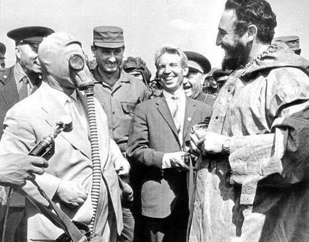 1963_fidel_castro_szovjetuniobeli_latogatasakor_vegyvedelmi_kopenyben_hruscsov_pedig_gazalarcban.jpg