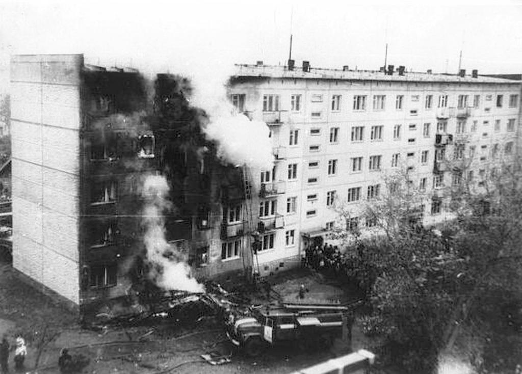 1976_szeptember_26_vlagyimir_szerkov_pilota_egy_elkotott_an-2_repulogeppel_ongyilkossagi_szandekkal_egy_lakotelepi_hazba_csapodott_ahogy_elvalt_felesege_es_gyereke_lakott.jpg