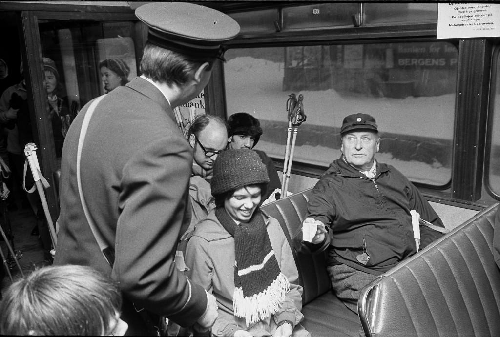 1973_v_olaf_norveg_kiraly_jegyet_valt_a_buszon.jpeg