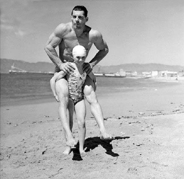 1940_a_nyolc_eves_sulyemelo_patricia_o_keefe_egy_90_kilogrammos_ferfivel_a_hatan_kalifornia_usa.jpg