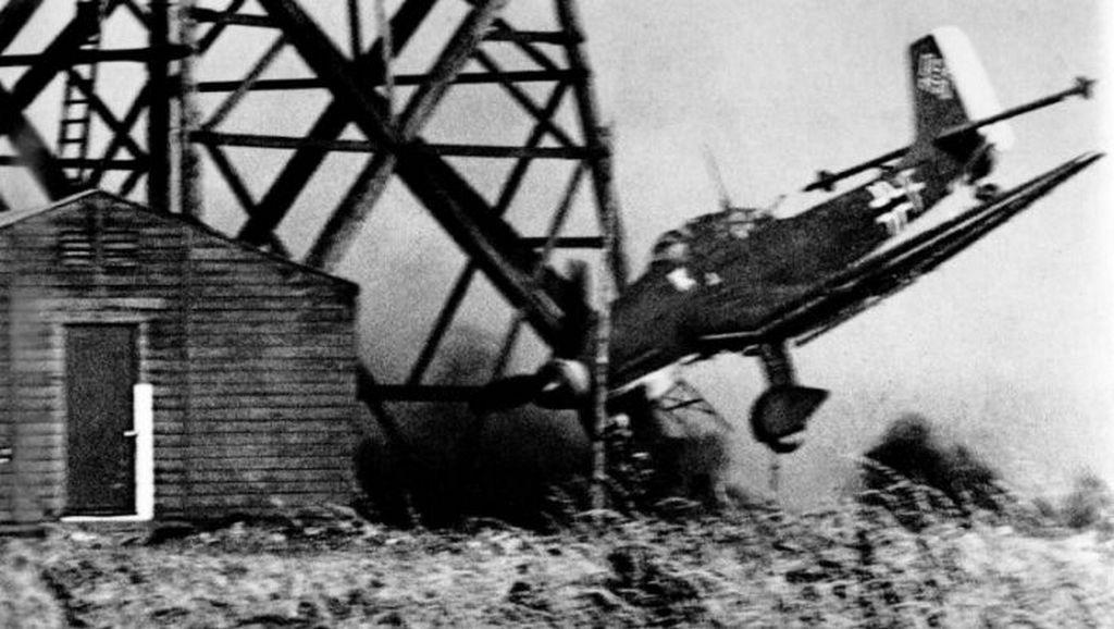1941_egy_nemet_junkers_zuhanobombazo_utkozik_egy_radiotoronynak.jpg