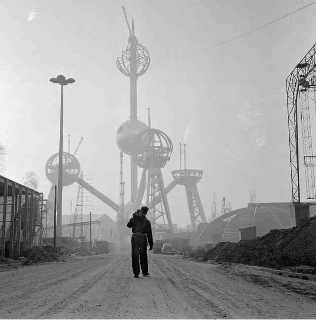 1957_az_1958-as_brusszeli_vilagkiallitasra_keszulo_atomium_epitese.jpg