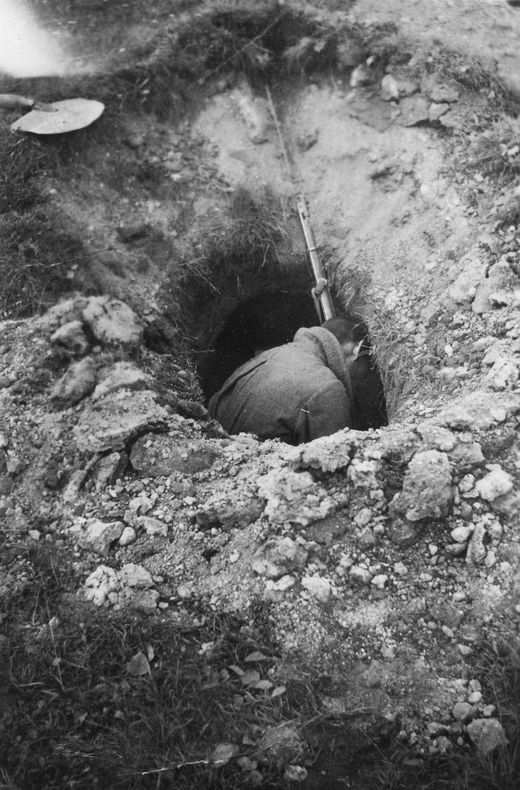 1941_halott_szovjet_katona_a_frissen_asott_fedezekben.jpg