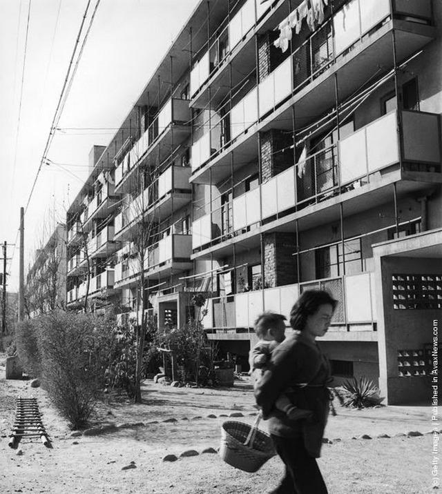 1955_amerikai_tipusu_lakotomb_az_atombomba_altal_sujtott_hiroshima_ujraepult_negyedeben.jpeg