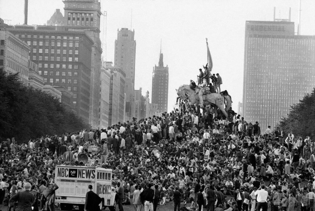 1968_augusztus_25_15_ezer_tiltakozo_a_vietnami_haboru_ellen_a_chicago-i_grant_parkban.jpg