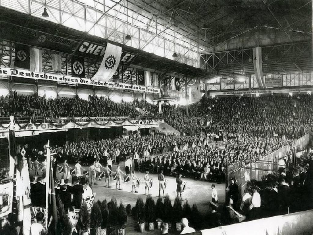 1938_naci_jelkepek_takarjak_ki_a_sportcsarnokot_tamogato_chevrolet_reklamjat_egy_buenos_aires-i_rendezvenyen.jpg
