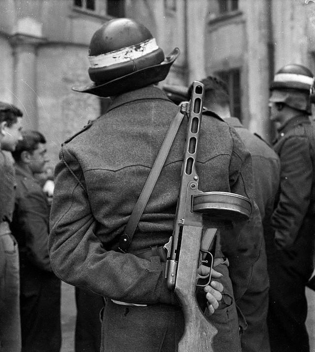 1946_olasz_rendor_egy_szovjet_ppsh-41-es_gepfegyverrel.jpg