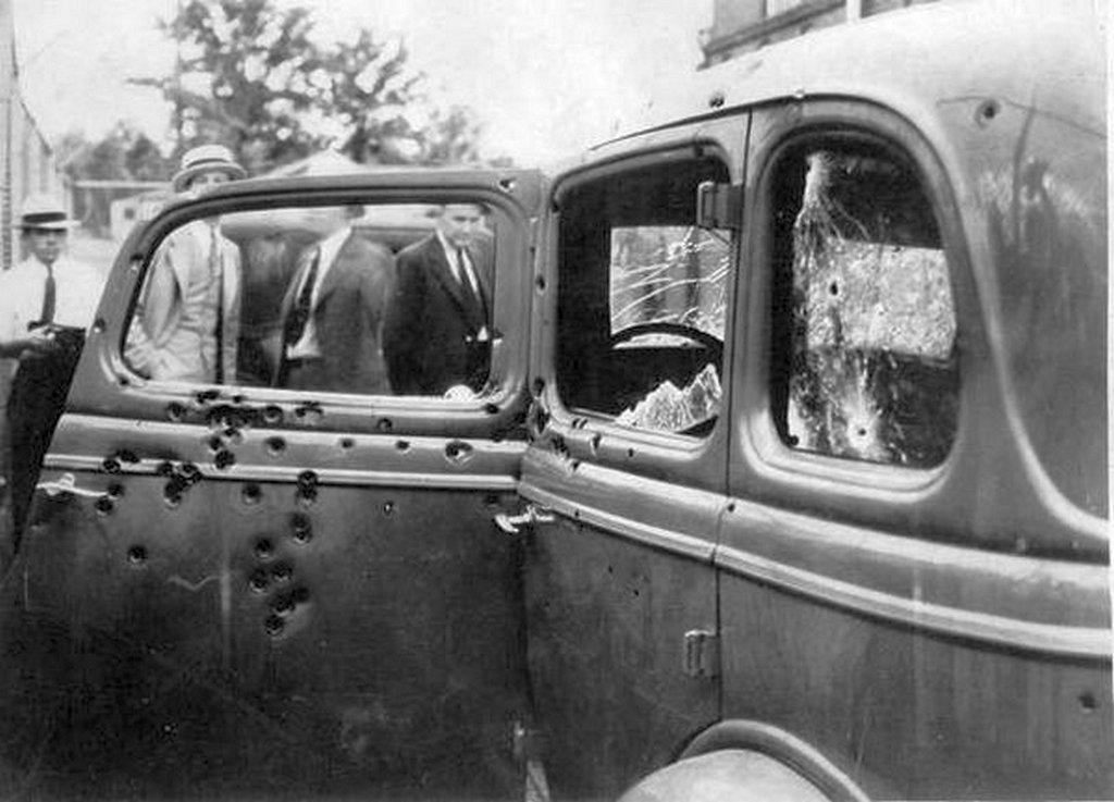 1934_bonnie_es_clyde_autoja_a_halalos_tuzparbaj_utan.jpg
