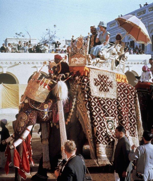 1961_ii_erzsebet_elefanthaton_indiai_latogatasa_alkalmaval.jpg