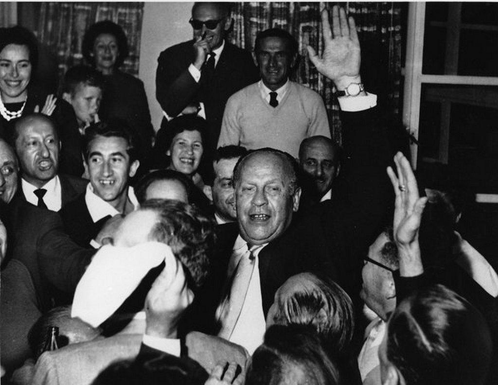 1962_oscar_schindler_koszontese_jeruzsalemben_az_altala_megmentettek_koreben.jpg