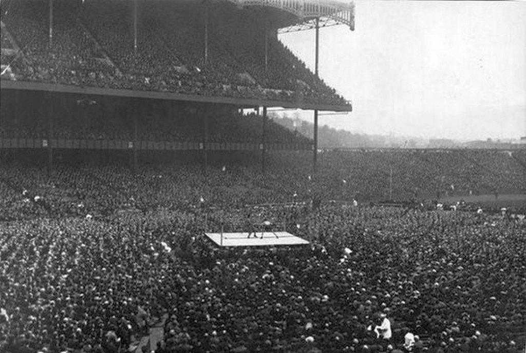 1923_az_elso_okolvivo_merkozes_a_yankee_stadionban_63_ezer_nezo_elott_a_41_eves_jess_willard_visszaterese_sikerult_a_23_eves_floyd_johnson_ellen.jpg