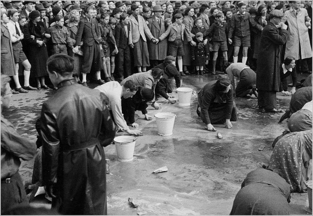 1938_az_anschluss_utan_a_becsi_zsidok_megszegyenitesul_az_utcakovet_mossak.jpg