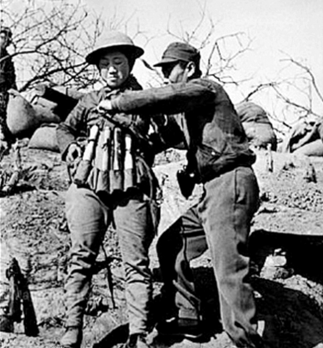 1938_japan_tank_elleni_ongyilkos_robbantasra_keszulo_kinai_katona_egyszerre_kioldhato_kezigranatokbol_keszult_mellenyben.jpg