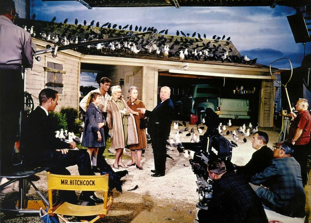 1963_alfred_hitchcock_a_madarak_cimu_film_rendezese_kozben.jpg